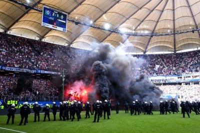 Фанати «Гамбурга» закидали поле фаєрами після вильоту команди з Бундесліги