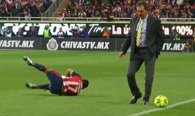Аргентинського тренера вилучили за підніжку супернику