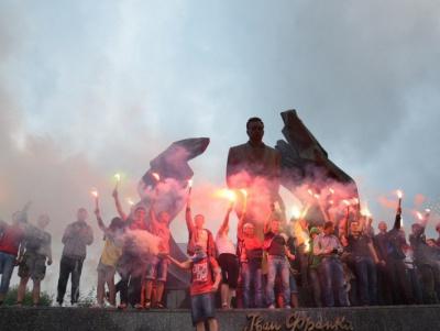 Фан-марш в Івано-Франківську. Фани заспівали «Путін ...ло». ВІДЕО