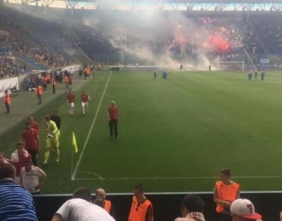 Вболівальники «Дніпра» кинули під ноги петарду воротареві «Волині» і зірвали поєдинок