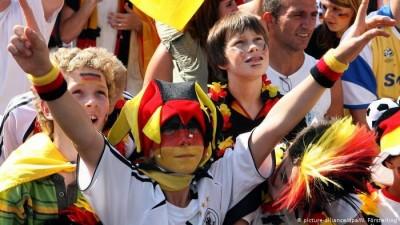 Немецкие болельщики: «Почему в магазине нельзя заразиться коронавирусом, а на стадионе можно?»