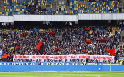 ФФУ сама заборонила червоно-чорні прапори?