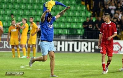 Фаната з українським прапором було заарештовано на матчі Ліги Європи. ВІДЕО