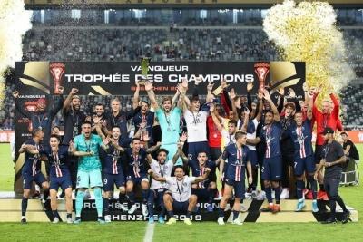 Мбаппе вытолкнул Неймара из кадра во время командного фото с Суперкубком Франции