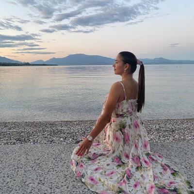 Моделька. Дружина Маліновського насолоджується відпочинком на пляжі