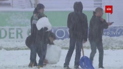 Сніговики замість голів: як заметіль у Львові зупинила матч «Карпати» – «Олімпік»
