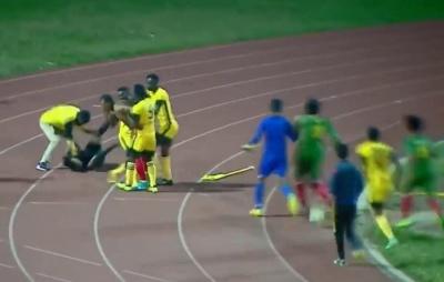 Треш з Ефіопії: Арбітр відбивався від гравців кутовим прапорцем, але був вражений ударом тренера. ВІДЕО