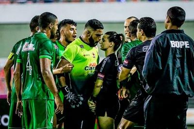 Новая звезда Бразилии: девушка-арбитр против разъяренных футболистов
