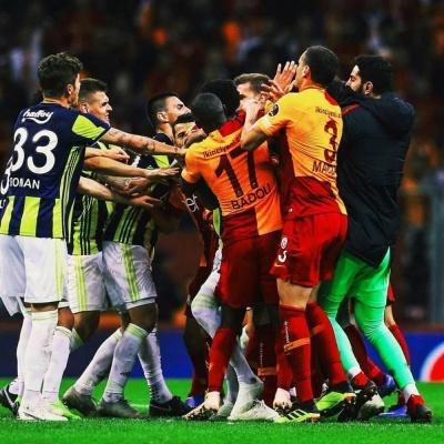 Стамбульське дербі завершилося масовою бійкою